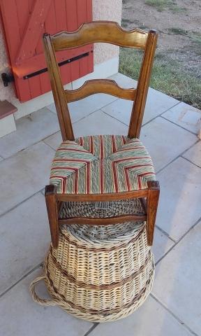 Chaise basse pour salon rempaillé en paille de couleur avec des motifs sur l'assise
