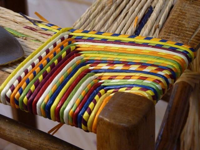Assise d'une chaise en paille de couleur