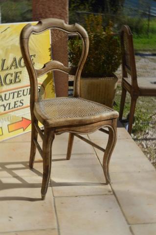 Vielle chaise avec une assise en cannage avant une restauration complète