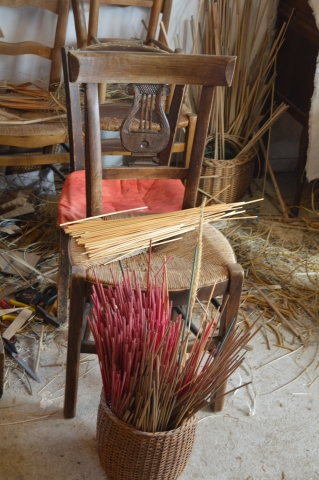 chaise de décoration très rare rempaillé par le maitre rempailleur