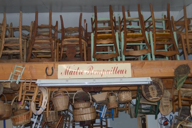Atelier de rempaillage de chaise, celui du maitre rempailleur