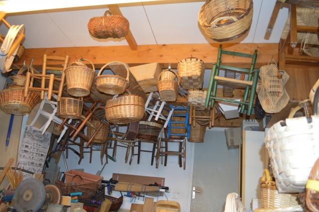Atelier de confection des paniers par le maitre rempailleur