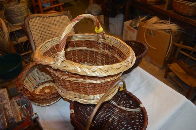Paniers en osier fait par le maitre rempailleur de chaise